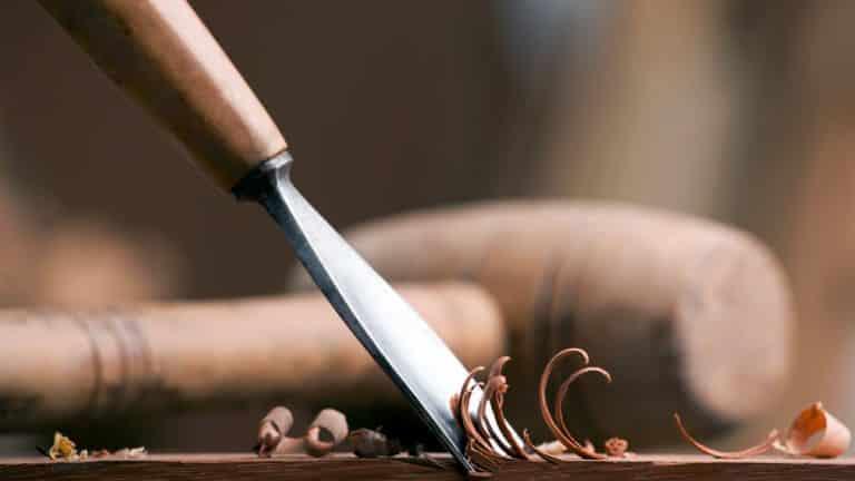 COVID-19: carpintero de Santiago de Cuba fabrica once sarcófagos al día