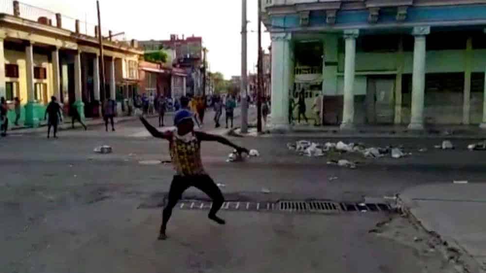 protestas 11 julio cuba domingo hombre lanza piedras