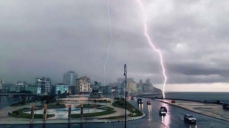 Fotógrafo capta impactantes imágenes de una tormenta eléctrica en La Habana (+Fotos y Video)
