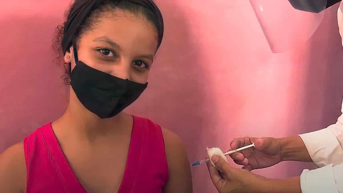 niña se vacuna en cuba